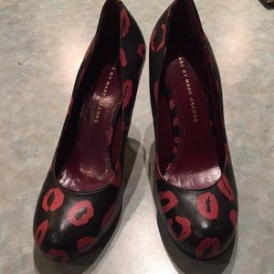 Marc Jacobs black pumps with lip prints all over